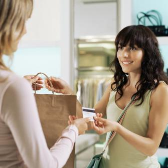 mujer pagando con la tarjeta de crédito