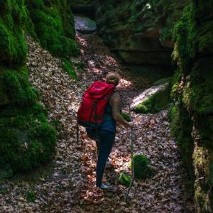 mujer de excursion en la montaña