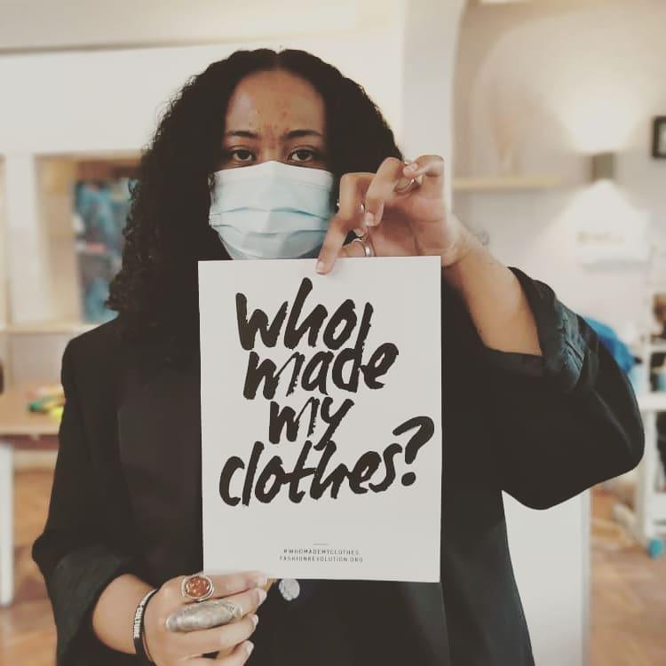 mujer con pancarta yo hice tu ropa